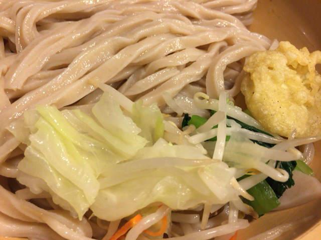 満月うどん 付け合わせの野菜と天ぷら