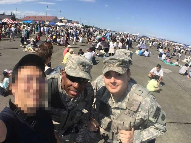 横田基地 友好祭 2015 米軍兵士と記念写真