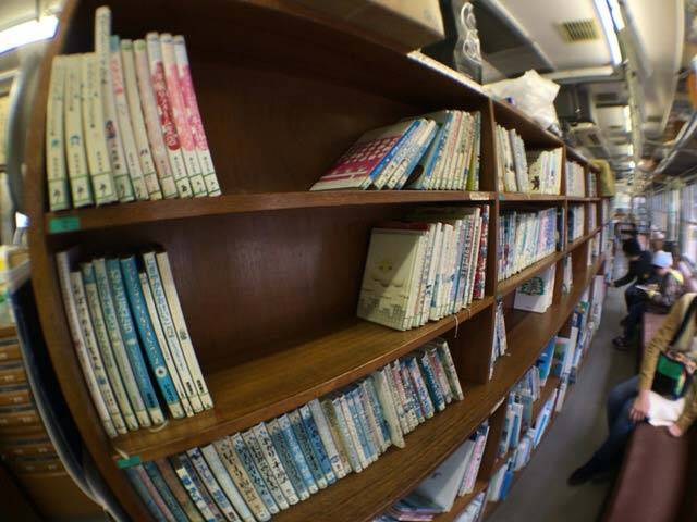 くめがわ電車図書館 本棚