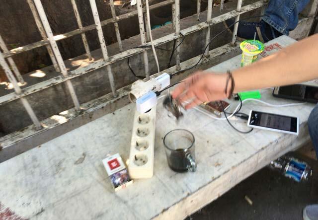 ジャカルタ 携帯電話の充電