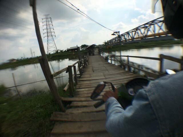 プルワカルタからカラワン 川