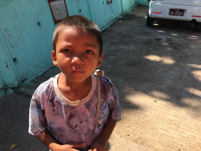 ミャンマー 物乞い少年