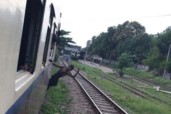 ミャンマー 電車