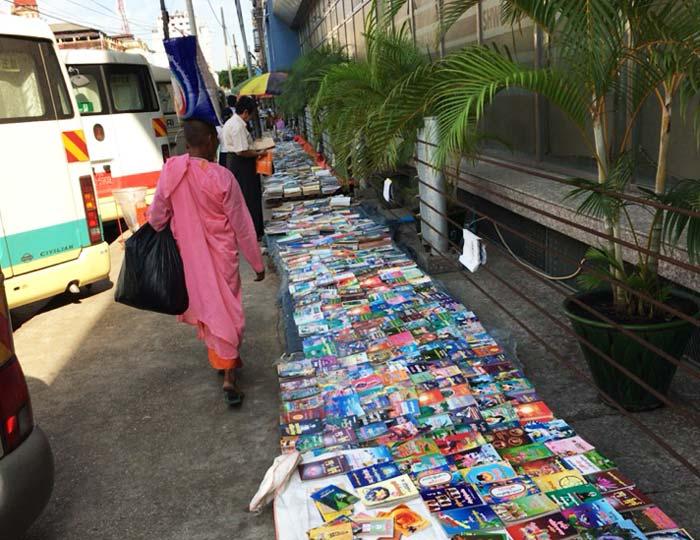 ヤンゴン 路上本屋